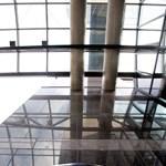 Hová tűntek az üvegfalak a Bank Centerből?