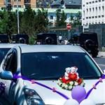 A nap fotója: A végletek esküvői autós menete