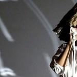 Rajongói sosem láthatták Sia arcát, de legutóbbi koncertjén a szél leleplezte