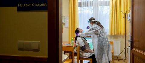 Frontvonalban: több ezer egyetemista dolgozik kórházakban, szűrő- és oltópontokon
