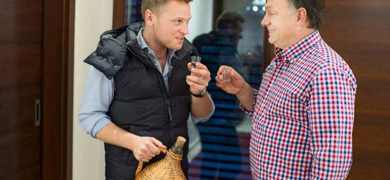 Koccint és sütit gyárt a neten cukiskodó Orbán