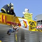 Bódy Sylvi jegesmedvevédő barátai felmásztak egy Shell-kút tetejére
