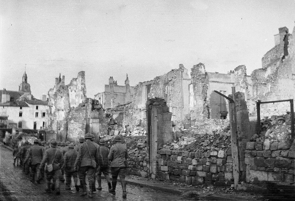 afp.1917.10.01. - Katonák a lebombázott házak között Verdun városában.1916. február 21. - Verduni csata - yyyyy