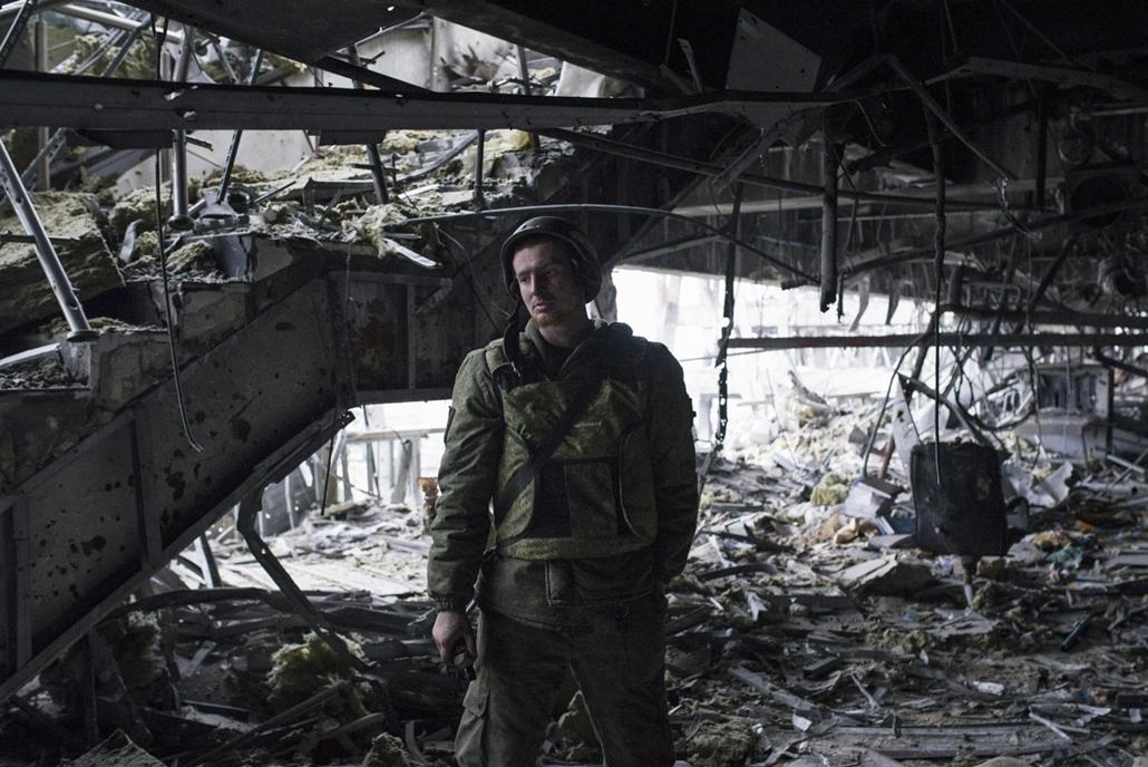epa.15.03.02. - Donyeck, Ukrajna: megsemmisült épület romjai között a kelet-ukrajnai Donyeck repülőterén - ukrán válság, 7képei