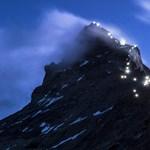 Fotó: Fényösvénnyel tiszteleg a Matterhorn a megmászója előtt