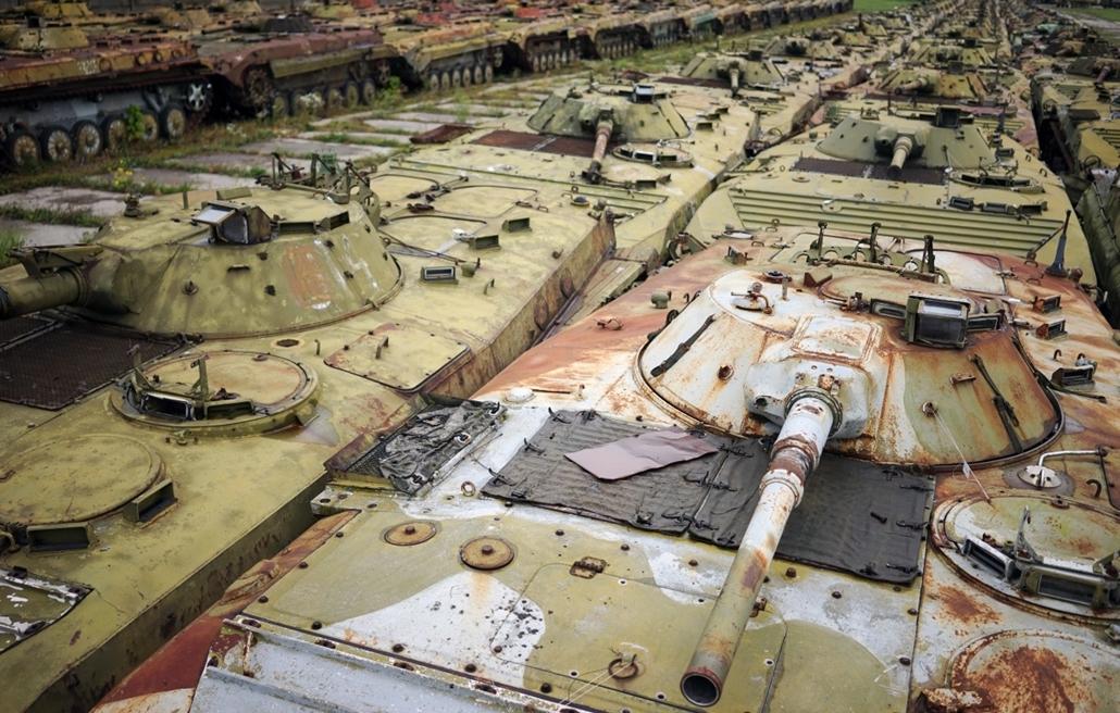 afp.14.09.23. - Zhytomyr, Ukrajna: javításra váró tankok és csapatszállítók a város egyik szerelőcsarnokában - 7képei