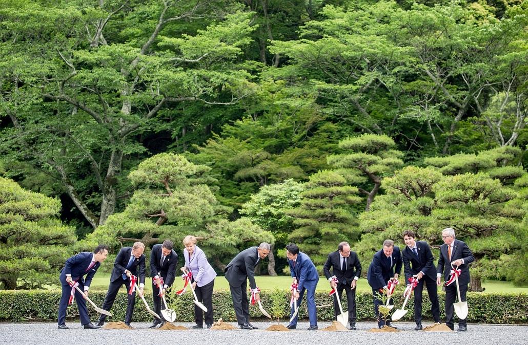 epa.16.05.26. - Isze, Japán: politikusok a a Mie prefektúrabeli Isze városában lévő nagyszentély kertjében. - 7képei