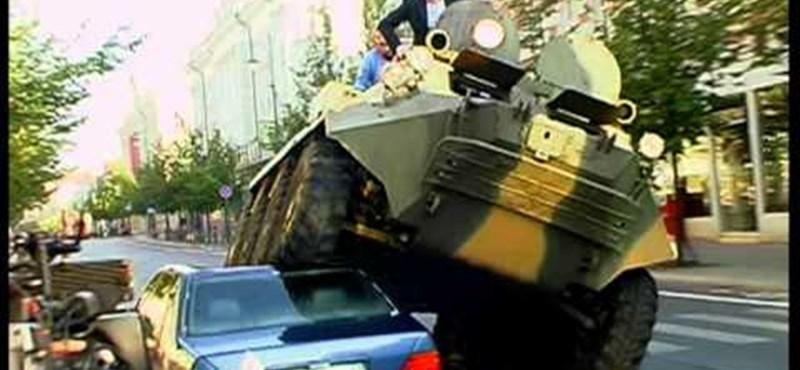 Videó: Vilnius polgármestere lezúzza a tilosban parkoló Mercit