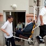 Kézben hordják a betegeket, mert hetek óta a rossz a lift a János Kórházban