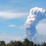 Négy kilométeres füstfelhővel tört ki egy vulkán Indonéziában – fotók