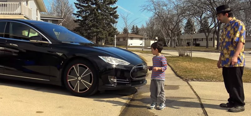 Vajon megáll a Tesla önvezető módban, ha egy gyerek lép elé? – videó