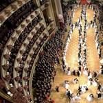 Fotók: elsőbálozók nyitották meg a bécsi Operabált