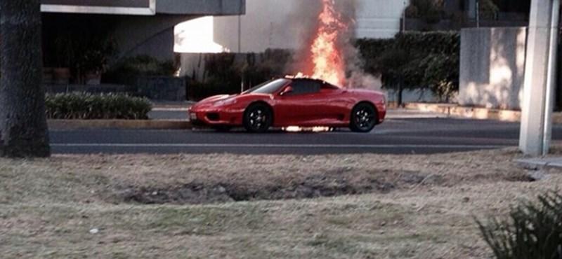 Menet közben gyulladt ki egy Ferrari Mexikóvárosban – fotó