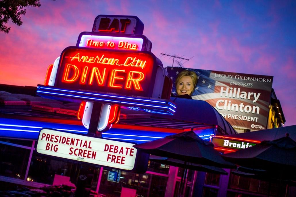 mti.16.09.22. - A Donald Trump republikánus és Hillary Clinton demokrata párti elnökjelölt első televíziós vitája megnézésének lehetőségével csábít vendégeket az American City Diner washingtoni étterem reklámja 2016. szeptember 21-én. A háttérben olvashat