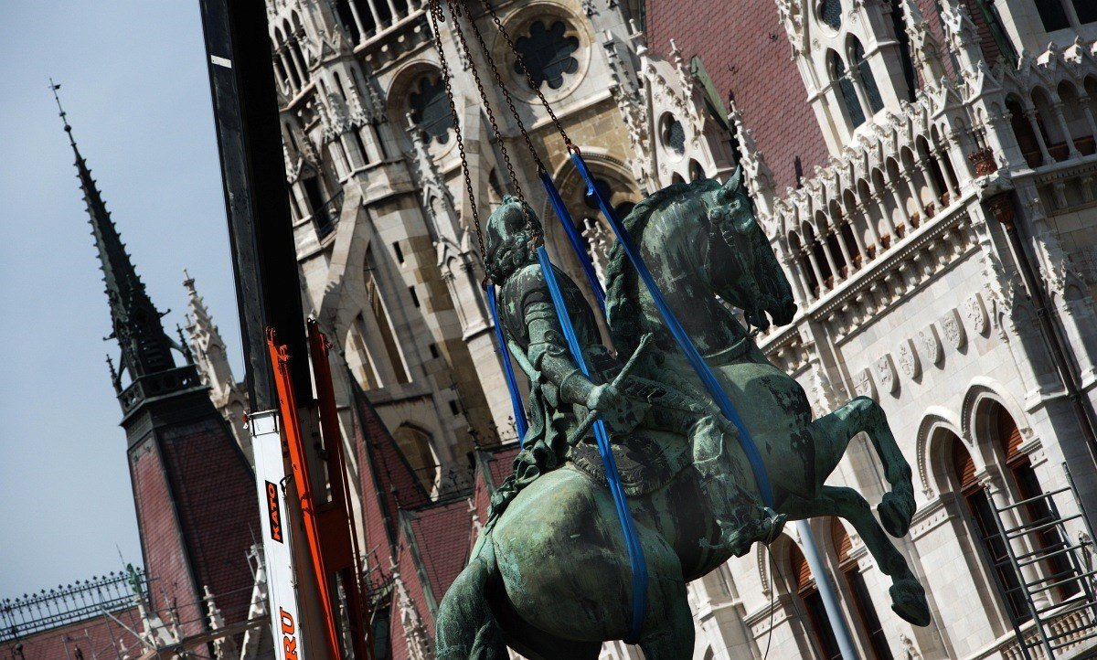 Fotó: eltűnik a jelképpé vált szobor a Kossuth térről
