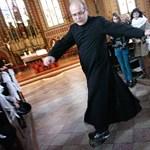 Fotó: A kőszegi templomban deszkázott a gördeszkás pap