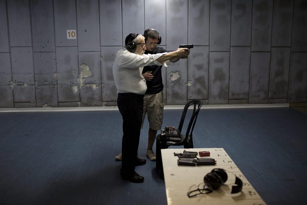 epa. izraeli-palesztin konfliktus 2015 - 2015.10.19. Jeruzsálem - Izraeli civilek lőni tanulnak Jeruzsálemben 2015. október 19-én. Sajtóértesülések szerint az elmúlt napok utcai erőszakcselekményei miatt egyre többen szeretnének önvédelmi fegyverviselési