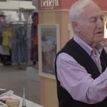 Sminkelni tanul egy 84 éves férfi, mert felesége hamarosan megvakul
