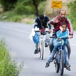 Csoportosan bringázó szíriai menekülteket fotóztak