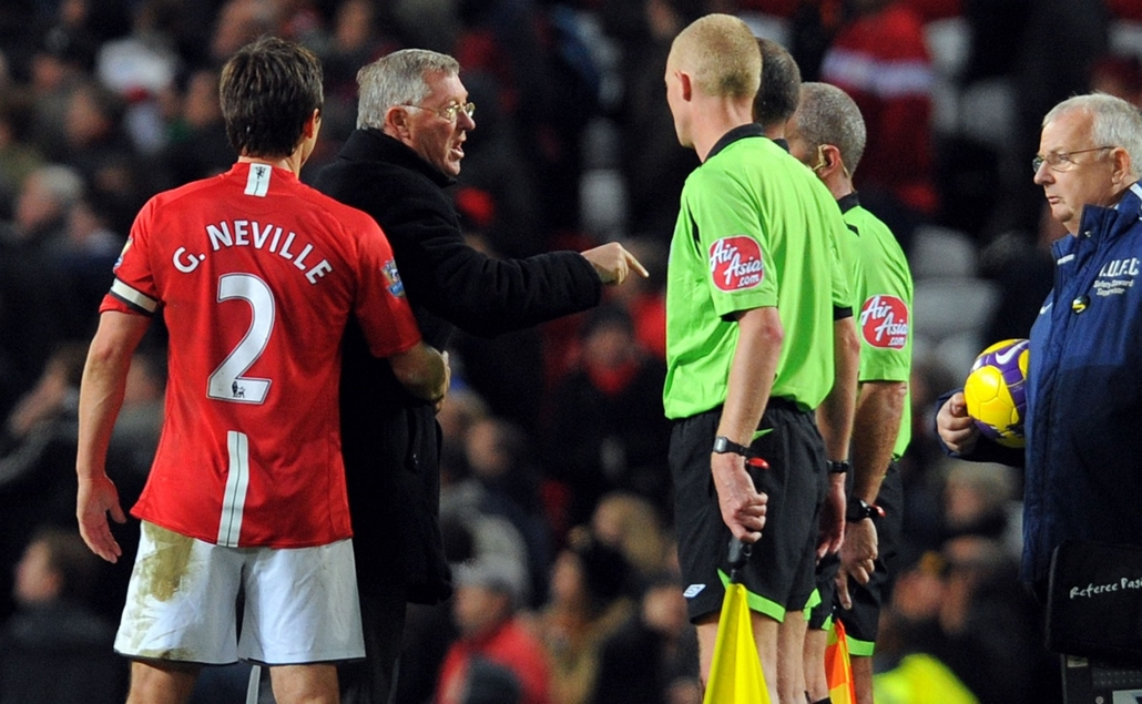 Alex Ferguson nagyításhoz - UNITED KINGDOM, Manchester : Manchester United manager Alex Ferguson (2nd L) confronts the referee and linesmen on the pitch after the English Premier league football match against Hull City at Old Trafford in Manchester, north