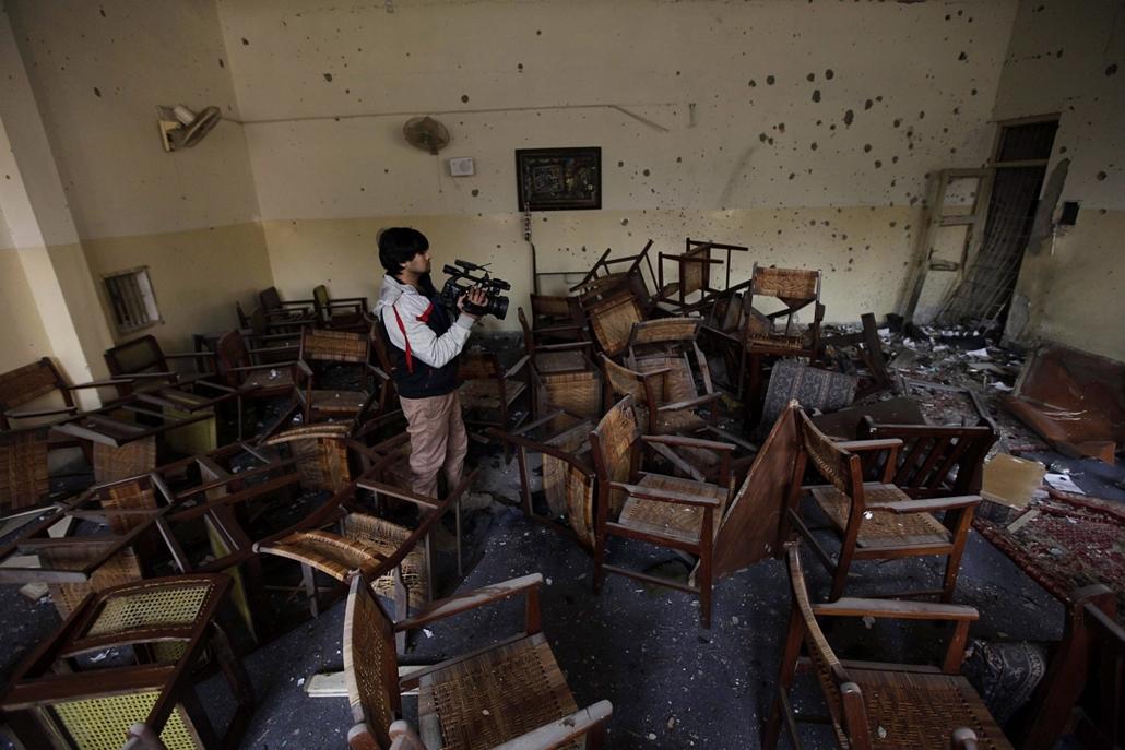 epa. Tálib fegyveresek megrohamoztak egy iskolát Pakisztánban 2014.12.16. Pesavar, A pakisztáni biztonsági szolgálat tagjai a tálib fegyveresek által megrohamozott állami katonai iskola egyik helyiségében 2014. december 17-én, egy nappal az után, hogy a f