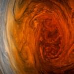 Megjöttek az első fotók: sosem láthattuk még ilyen közelről a Jupiter nagy vörös foltját