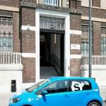 Több száz kék Volkswagen áll elhagyva Milánóban