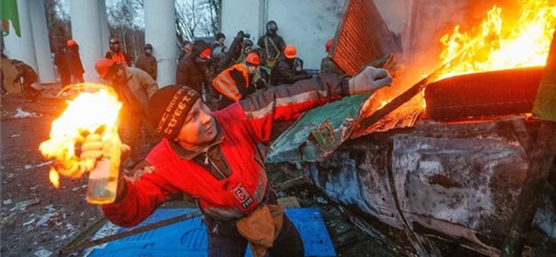 Katapultot építettek a kijevi tüntetők