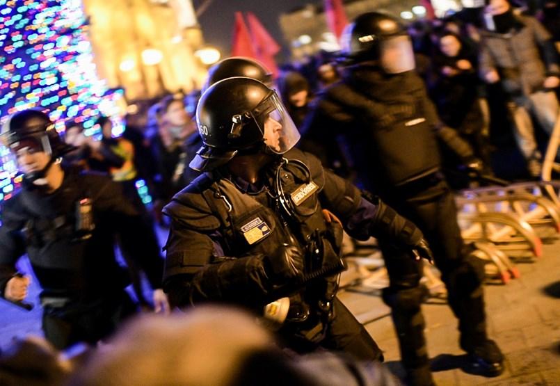 A rendőrök elkezdték kinyomni a Kossuth téren összegyűlt tüntetőket - ÉLŐ