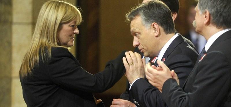 Támadnak a kisrészvényesek: bíróságon fúrnák meg Schmidt Máriáékat