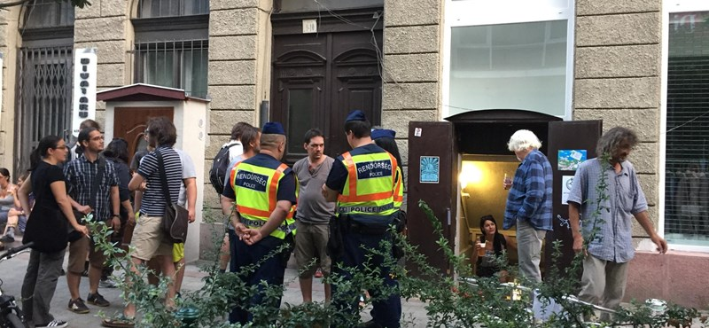 Megnyitották a Kétfarkú kocsmáját, rögtön kimentek a rendőrök
