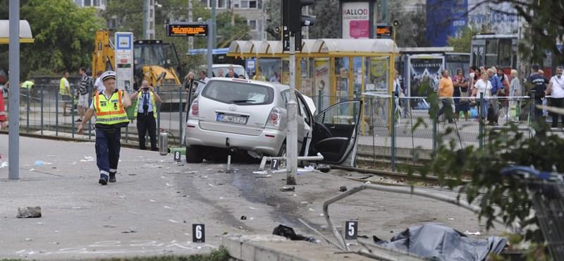 Autó hajtott a villamosmegállóba az Örsön – egy halott