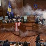 Akcióban az ultranacionalisták, megint könnygáz terítette be a koszovói parlament üléstermét – videó
