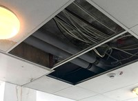 Plafonból kilátszó vezetékek, lemálló falak – így várja kis betegeit a Budai Gyermekkórház