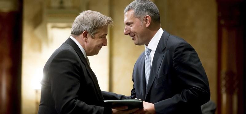 Magánszemély perelte ki Áder hivatalától, hányan adták vissza kitüntetésüket Bayer miatt