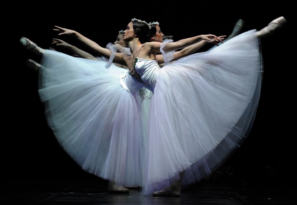 Nagyításgaléria - A Lett Nemzeti Balett táncosainak próbája Sevillában.