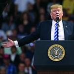 Idiótának tartják Trumpot beosztottai, iratokat is loptak az asztaláról