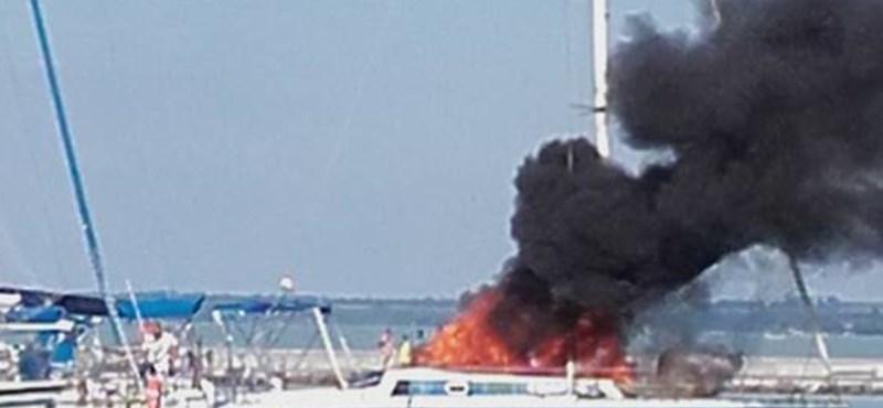 Fotók: Lángoló vitorlást oltottak a tűzoltók a Balatonon