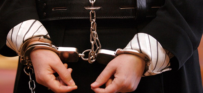 NAV-osok és egy ügyész kezén kattant a bilincs