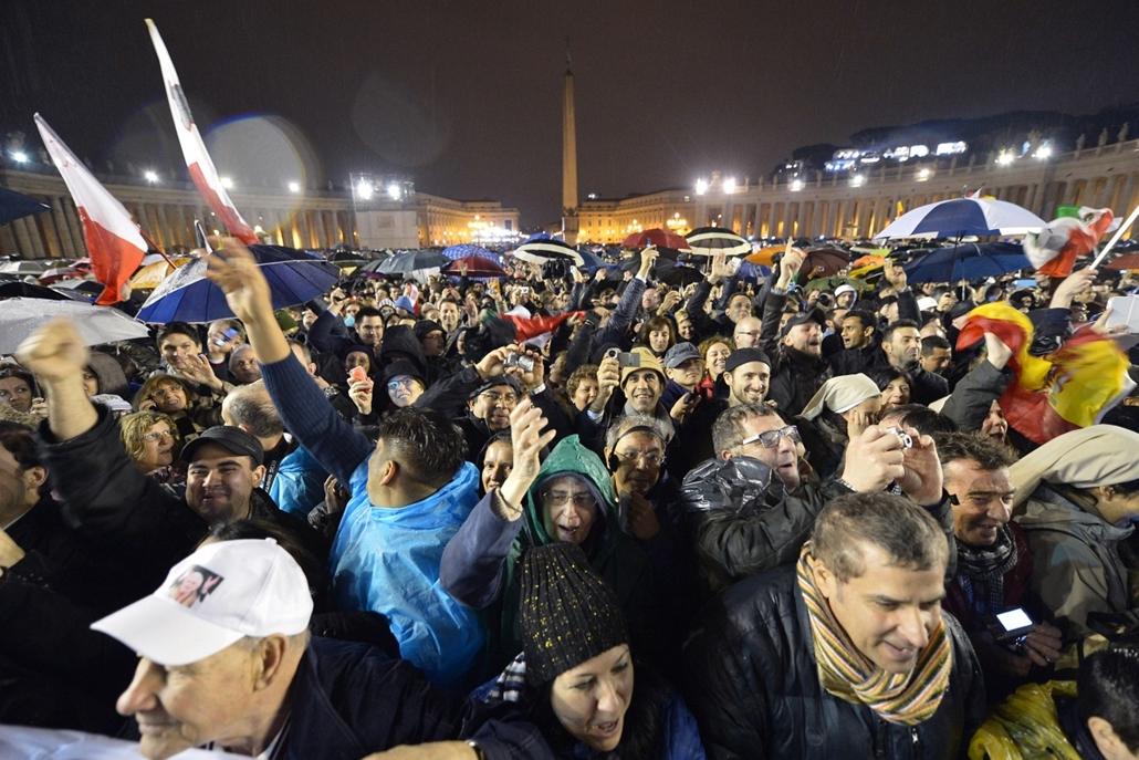 ünnepel a tömeg - pápaválasztás - pavalko