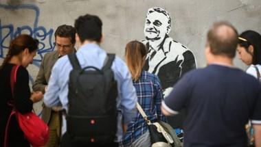 Miközben a rendőrség a Kutyapártnál keresi Baskyt, addig Lajosmizse fideszes polgármestere Basky András