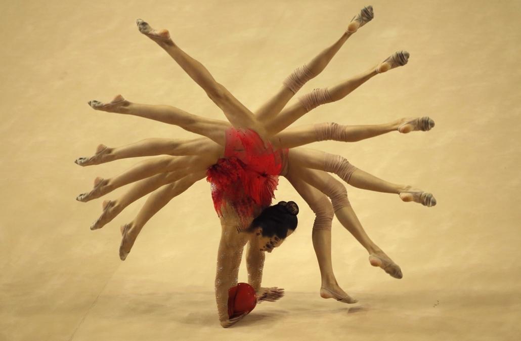 mti. hét képei - 2014.09.22. Ritmikus gimnasztika világbajnokság Izmirben - A multiexpozíciós (többszörös expozíciós) felvételen a fehérorosz Arina Csaropa labdagyakorlatot mutat be a ritmikus gimnasztika világbajnokság egyéni selejtezőjében a törökország