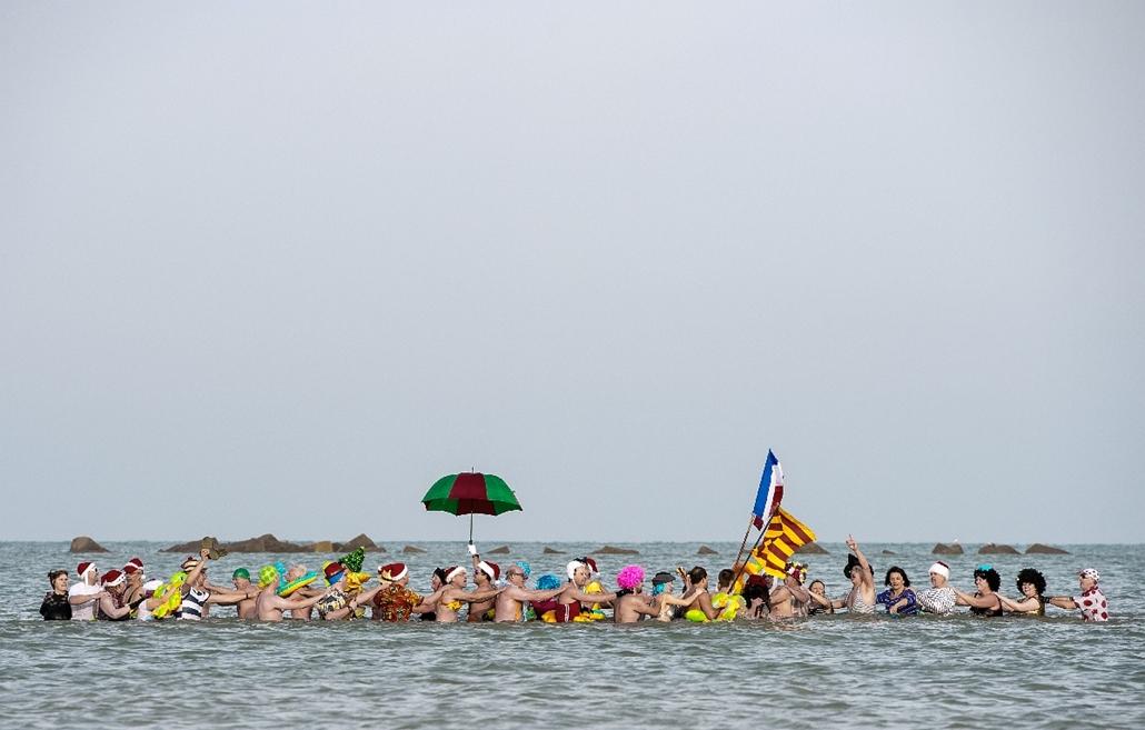 afp.15.01.01. - Malo-Les Bains, Franciaország: résztvevők a hagyományos újévi merülésen - 7képei
