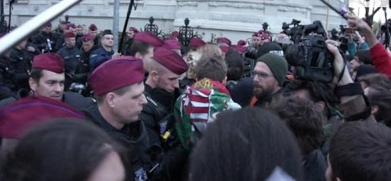 Ezúttal a Fidesz-pártházánál nyomakodtak a tüntetők – videó