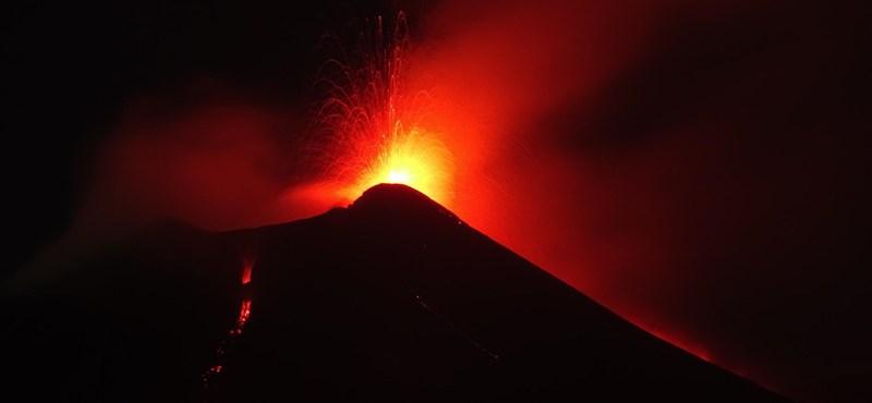 Videó: Ömlik a láva az Etnából