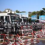Gumilövedékkel, vízágyúval oszlatják a tüntető tömegeket Mianmarban