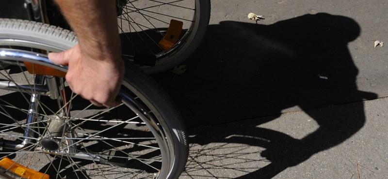 A nap fotója: Nem véletlenül olyan szélesek a mozgássérült parkolók