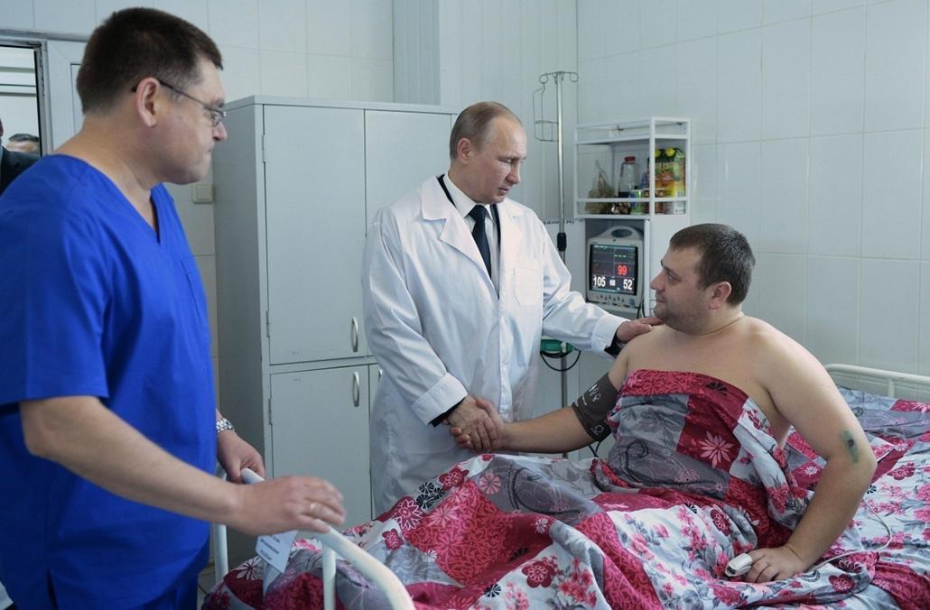 afp. hét képei - Volgográd, 2014.01.01. Vlagyimir Putyin orosz elnök (k) a városban elkövetett két terrortámadás egyik sebesültjével beszél egy volgográdi kórházban 2014. január 1-jén.