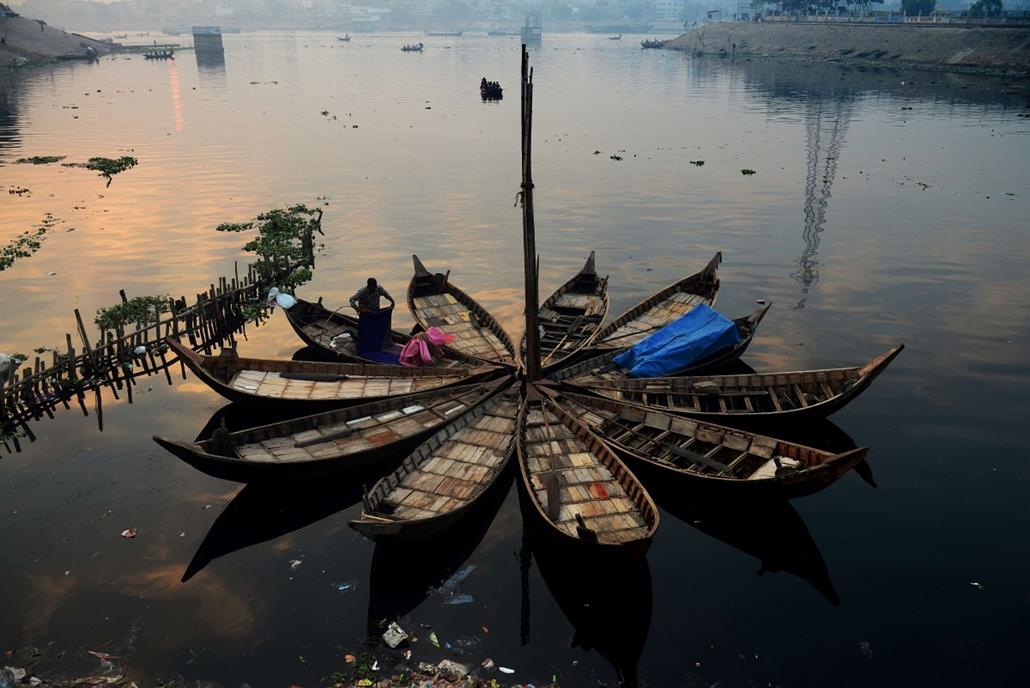 afp. hét képe - bangladesi hajós, hajnal, Dhaka 2014.01.03.