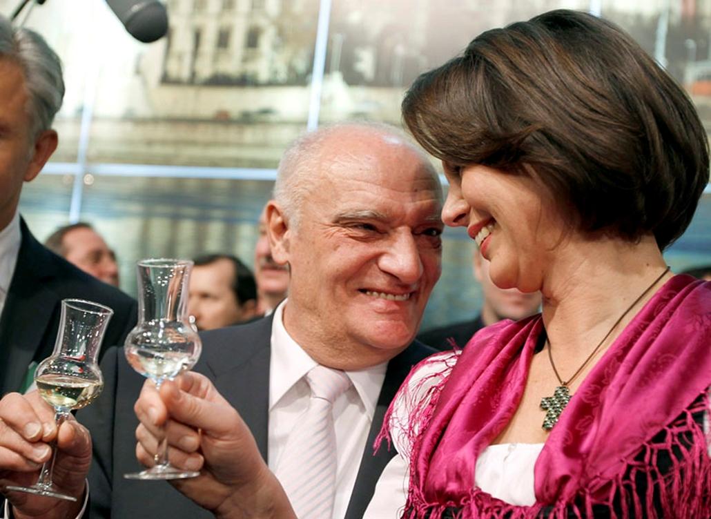 Gráf József magyar mezőgazdasági miniszter és német kollégája, Ilse Aigner a magyar standon pálinkával koccint, amint Berlinben a 75-ik Zöld Hét rendezvényén vesznek részt 2010. január 15-én.